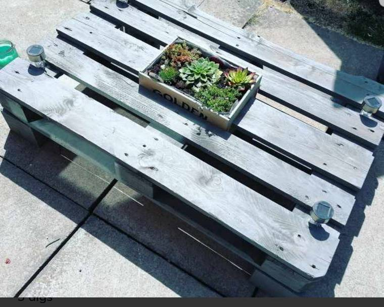 A bench made out of pallet wood